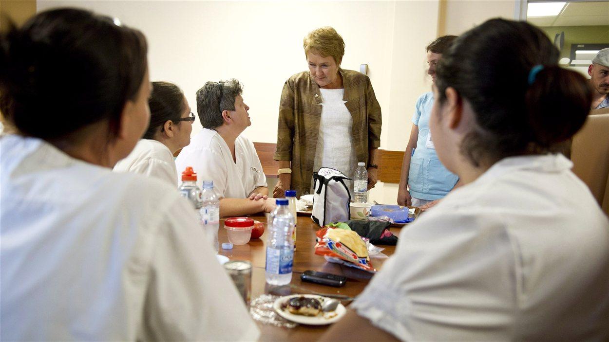 Pauline Marois discute avec des infirmières.