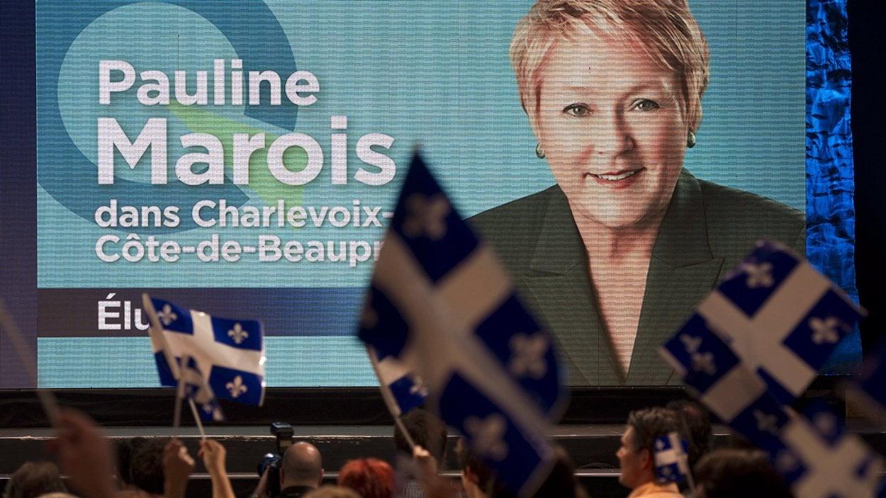 Des partisans péquistes fêtent la victoire de Pauline Marois.