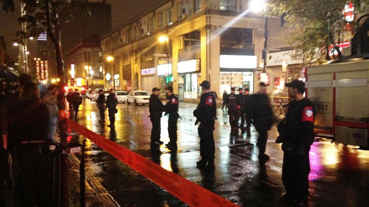 Des policiers du SPVM montent la garde devant le Métropolis.