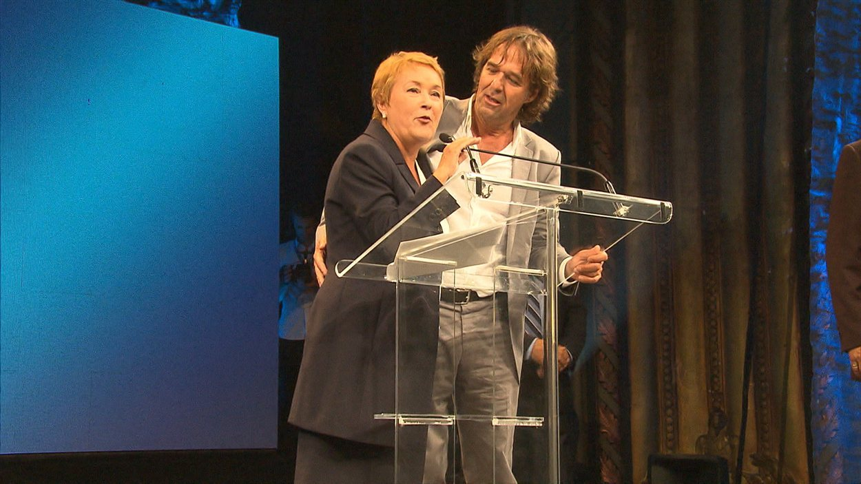 À l'intérieur de la salle, Pauline Marois et l'animateur de la soirée, Yves Desgagnés, tentent de rassurer les centaines de militants présents et leur demandent d'évacuer les lieux dans l'ordre.