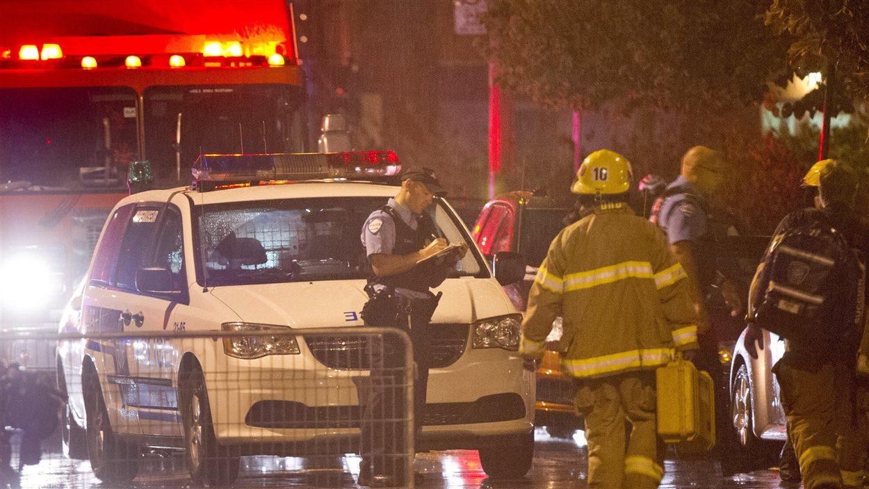 Les policiers et pompiers ont rapidement investi les lieux après la fusillade et l'incendie allumé à la porte arrière du Métropolis.
