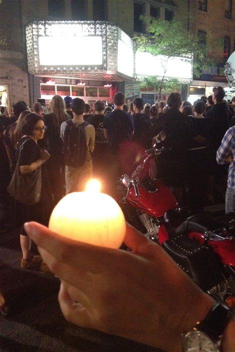 Quelques centaines de personnes participent à une veillée à la bougie au Métropolis.