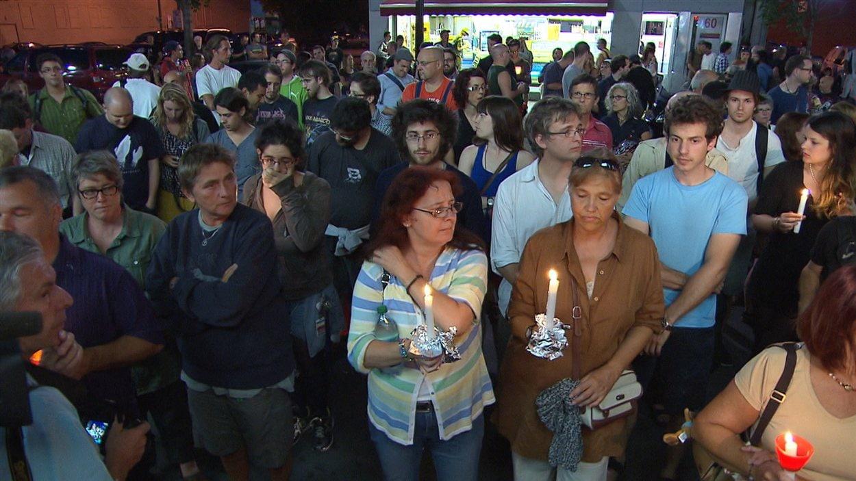 Les citoyens rassemblés devant le Métropolis