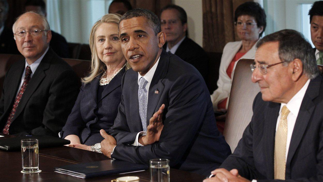 Le président américain Barack Obama, sa secrétaire d'État Hillary Clinton, et le secrétaire à la Défense, Leon Panetta, lors d'une rencontre du cabinet en juin 2012.