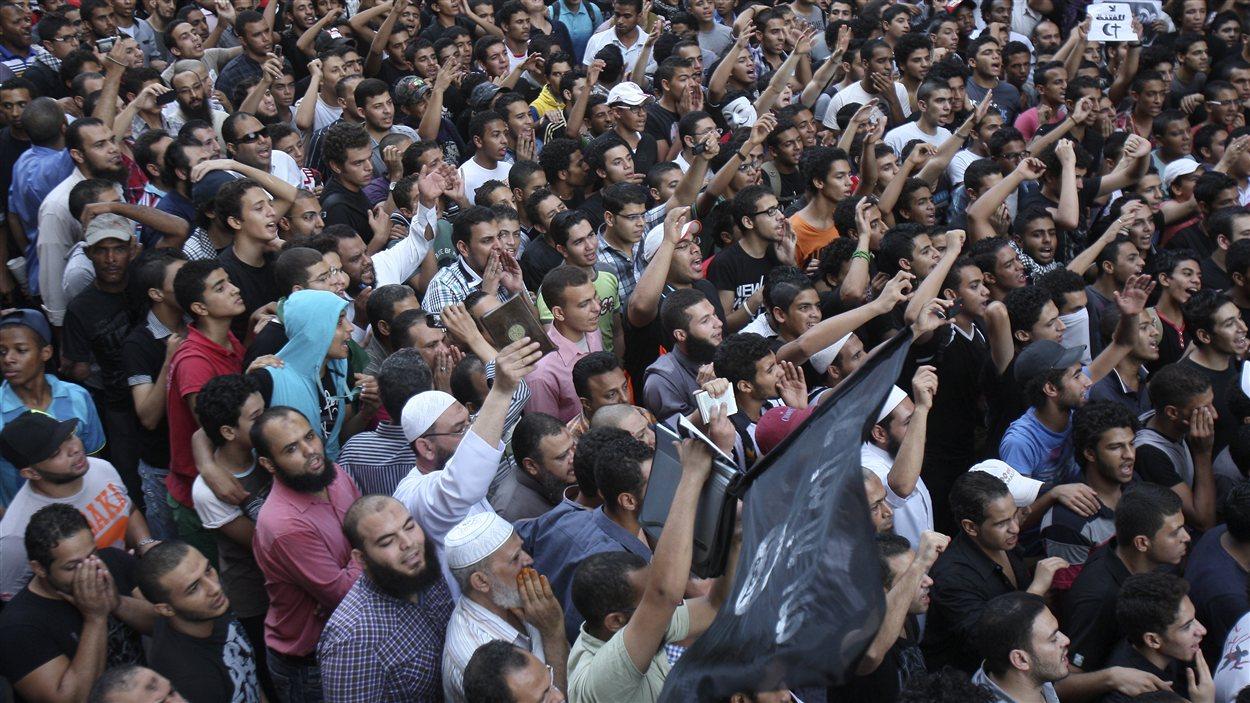 Des milliers de manifestants se sont rassemblés devant l'ambassade des États-Unis au Caire.