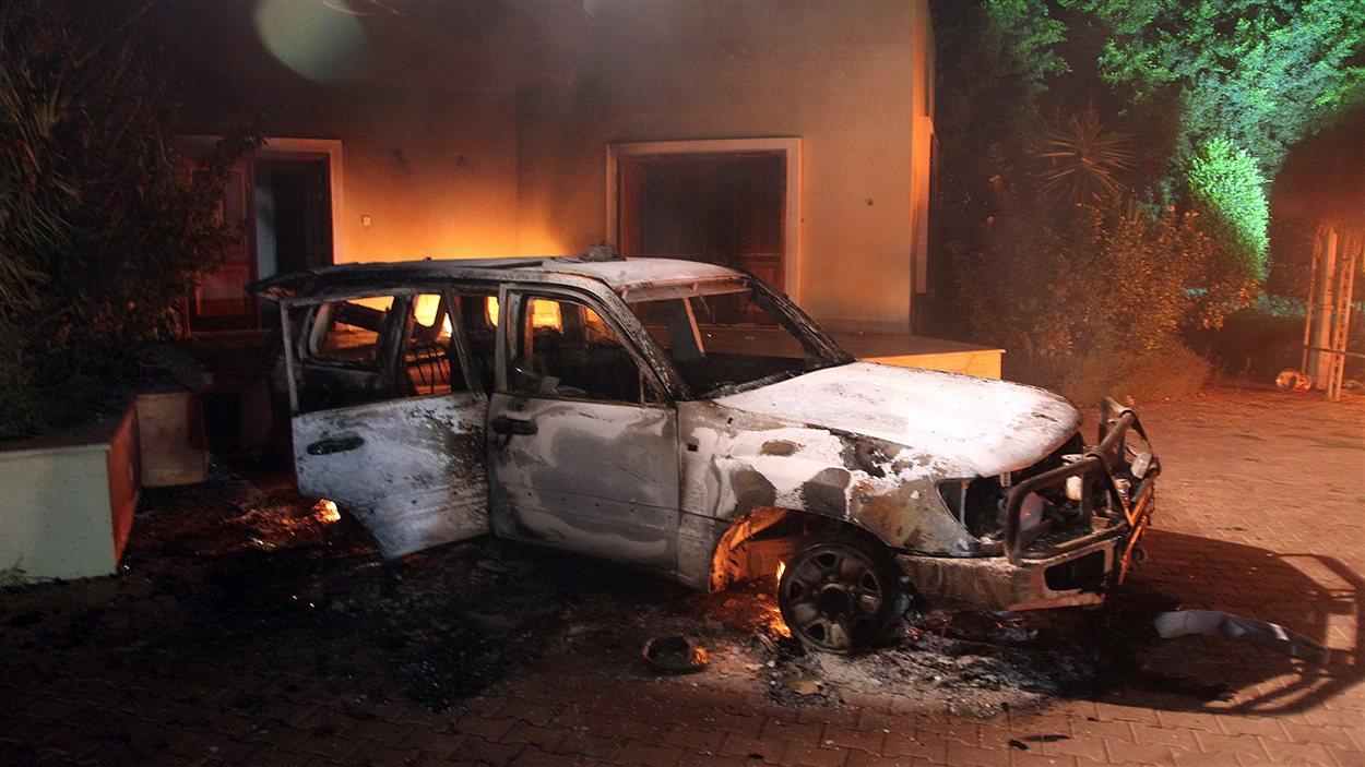 Véhicule en feu dans l'enceinte du consulat américain de Benghazi
