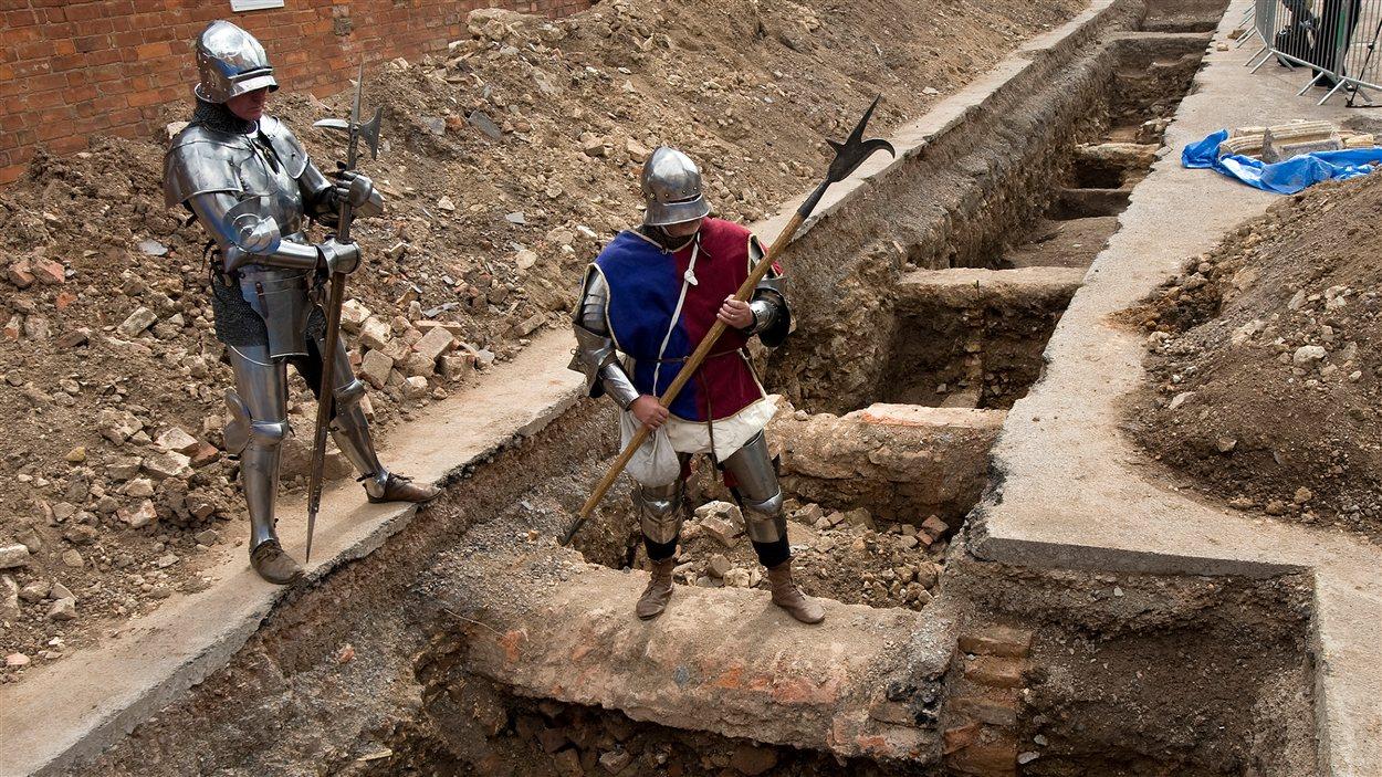 Des hommes déguisés en chevaliers posent sur le site archéologiques où les ossements potentiels de Richard III ont été découverts, à Leicester, le 12 septembre 2012