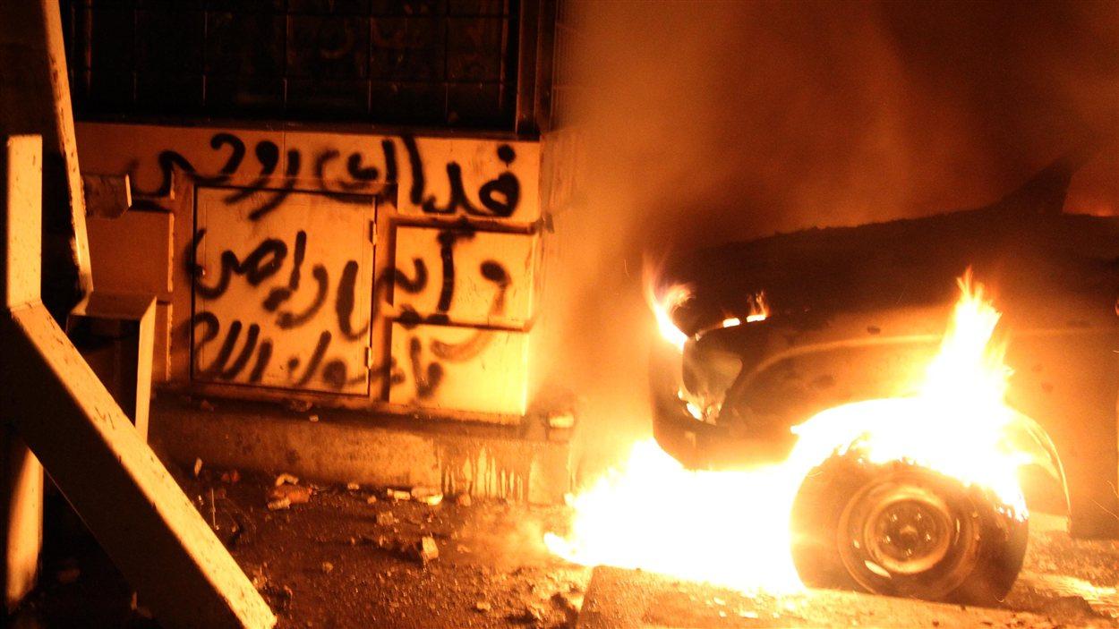 Voiture en flammes près de l'ambassade américaine au Caire