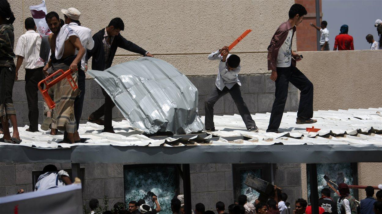 Des manifestants tentent de pénétrer dans l'ambassade américaine à Sanaa au Yémen