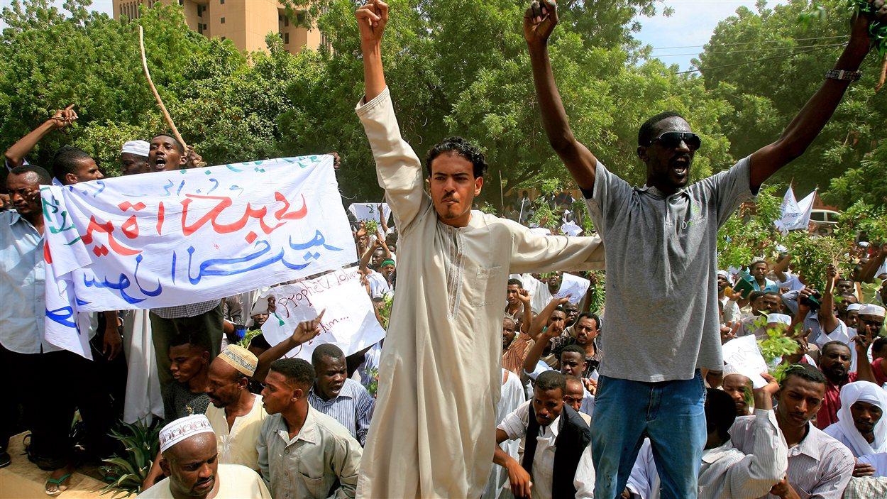 Des manifestants islamistes devant l'ambassade allemande à Khartoum, au Soudan