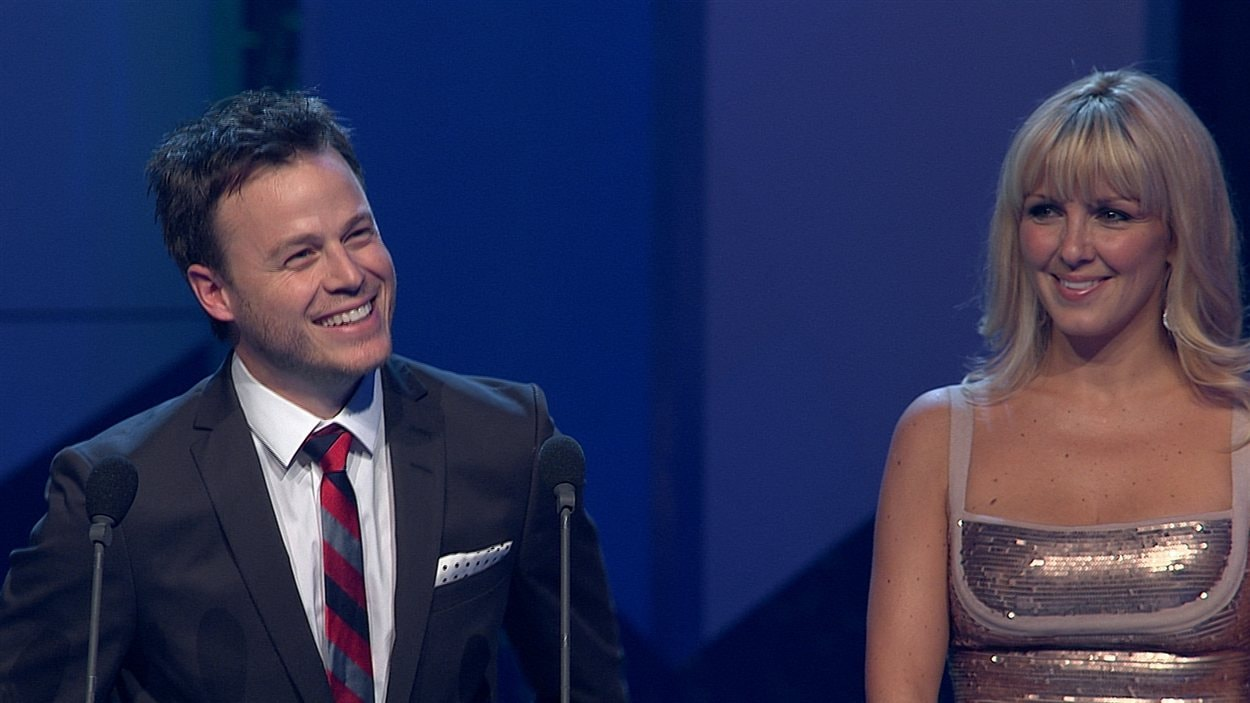 Les artisans du Bye Bye 2011, dont Louis Morissette et Véronique Cloutier, reçoivent le prix de la meilleure interprétation en humour.