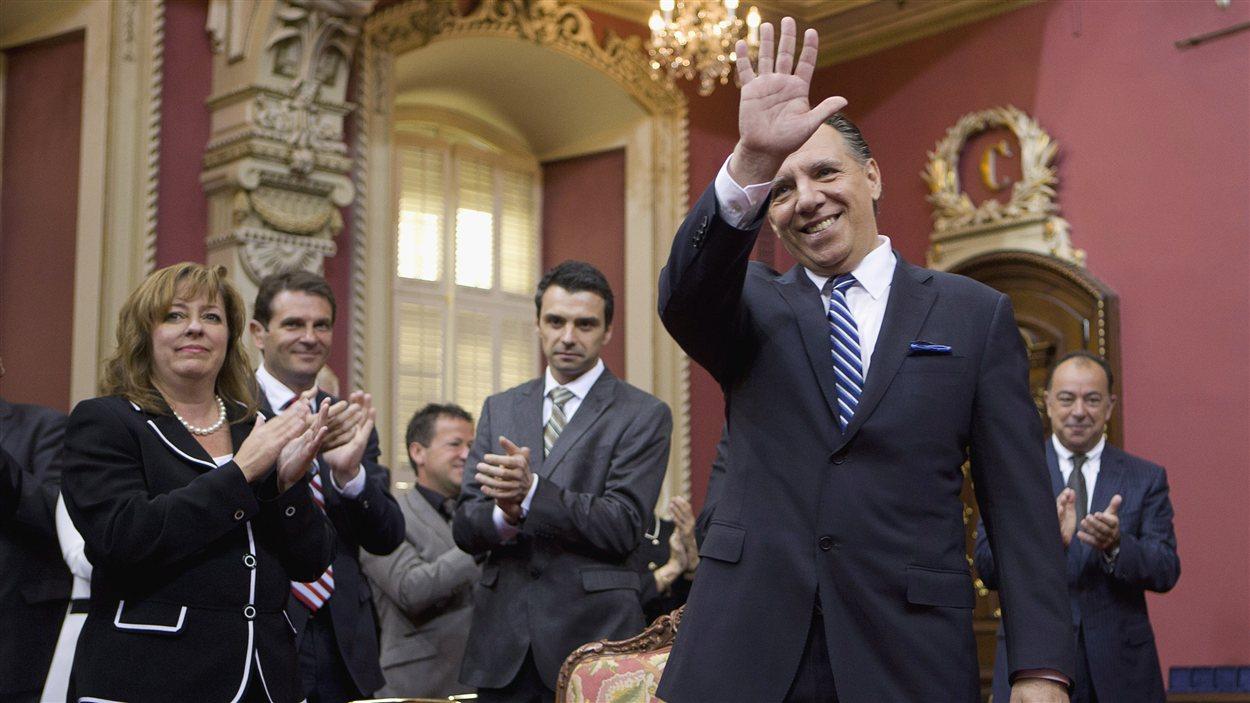 Le chef de la CAQ, François Legault, salue ses députés, lors de la cérémonie d'assermentation, mardi matin.