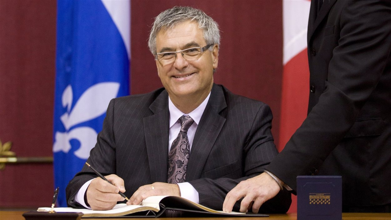 Le chef intérimaire du PLQ, Jean-Marc Fournier, prête serment pour siéger au Parlement, mardi matin.