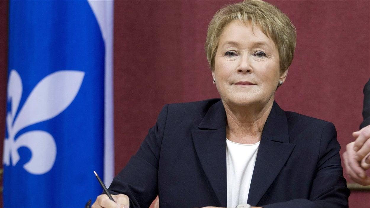 La première ministre désignée et chef du Parti québécois Pauline Marois prête serment, lundi, à l'Assemblée nationale.