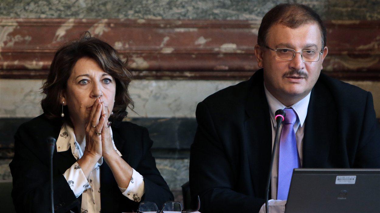 Le Pr Gilles-Eric Seralini (D) expliquent les résultats de la recherche jeudi, au lendemain de leur publication. Il est accompagné de Corinne Lepage, membre française du parlement européen.