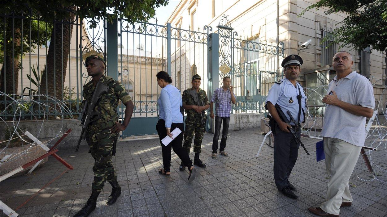 La police et des soldats tunisiens montent la garde devant l'ambassade française à Tunis