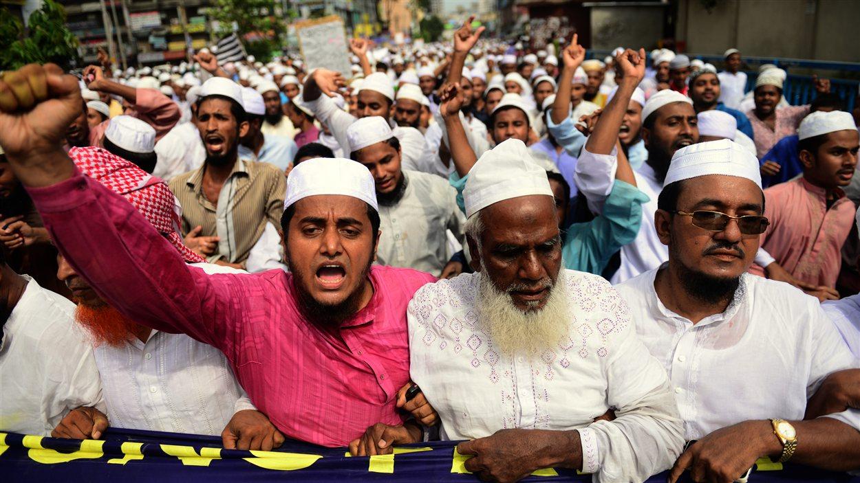 Des manifestants en colère dans les rues de Dhaka, au Bengladesh.