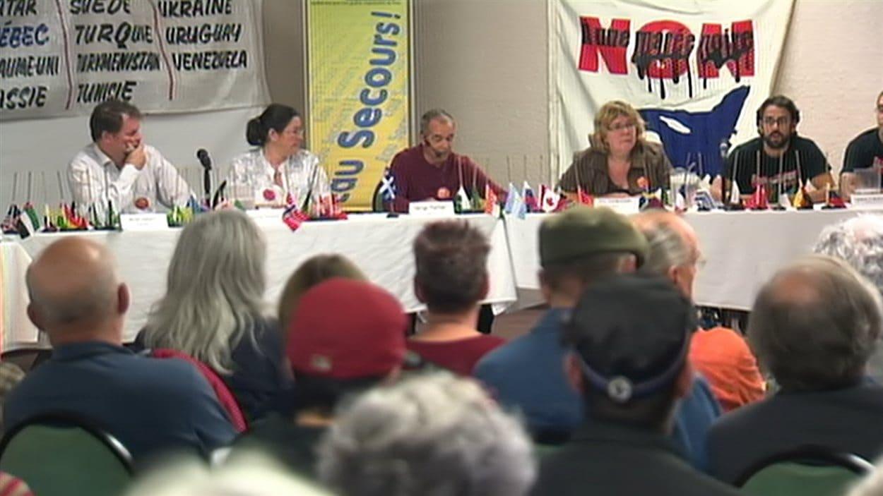 Des opposants à l'exploitation du gaz de schiste réunis à Drummondville.
