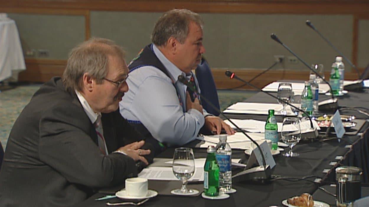 Le président de la Fédération des Métis du Manitoba (MMF), David Chartrand (arrière-plan), à une audience publique du comité sénatorial permanent des peuples autochtones à Winnipeg, le lundi 24 septembre 2012.