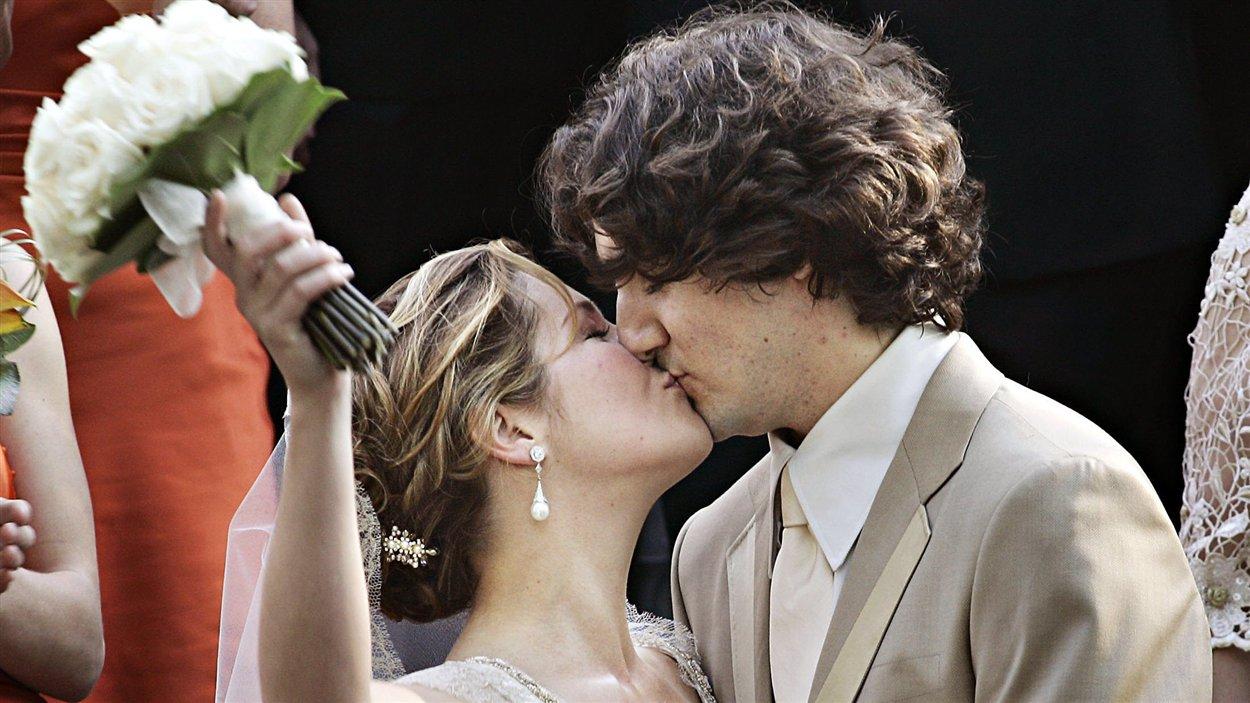 Justin Trudeau embrasse sa femme, Sophie Grégoire, après leur cérémonie de mariage à l'église Sainte-Madeleine, à Outremont, le 28 mai 2005.