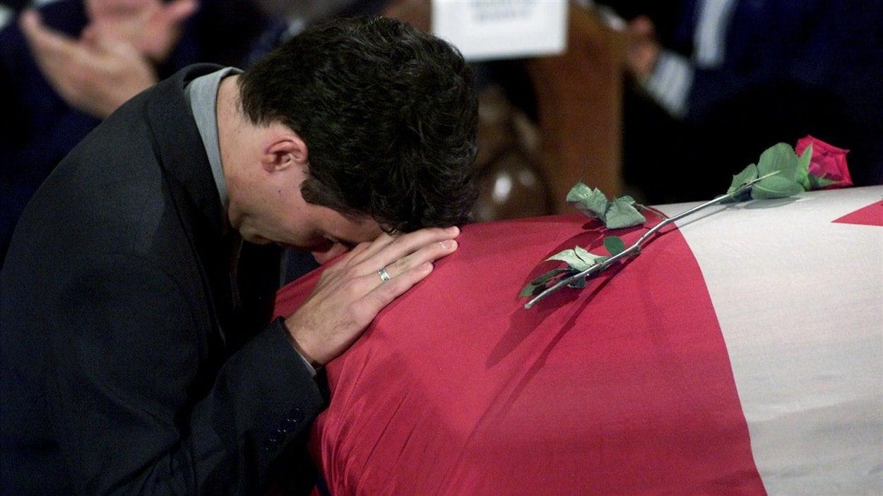 Justin Trudeau s'appuie sur le cercueil de son père, Pierre-Elliott Trudeau, après avoir lu un éloge funèbre au cours des funérailles d'État de l'ancien premier ministre, le 3 octobre 2000 à Montréal.