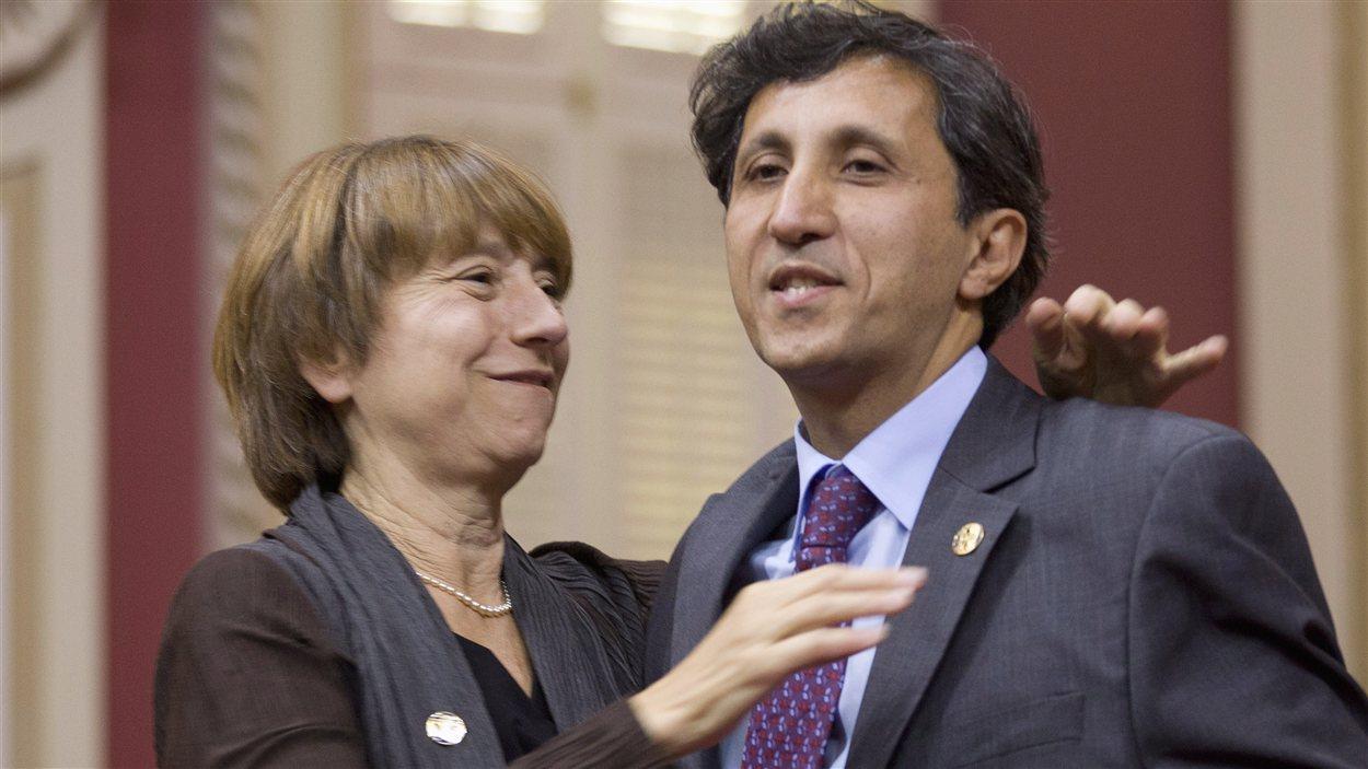 Les députés de Québec solidaire Amir Khadir et Françoise David se félicitent après avoir été assermentés à l'Assemblée nationale, à Québec.