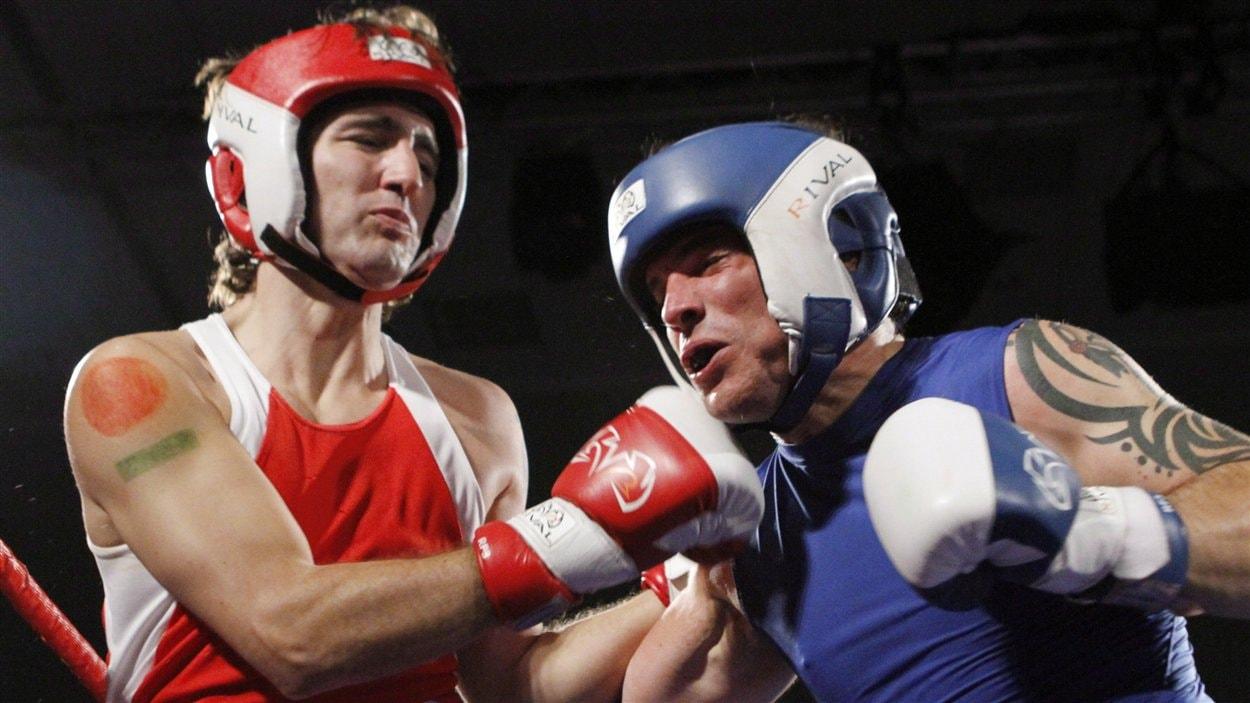 Le sénateur conservateur Patrick Brazeau affronte le député Justin Trudeau au cours d'un match de boxe qui visait à amasser des fonds pour la recherche contre le cancer, le 31 mars 2012, à Ottawa.