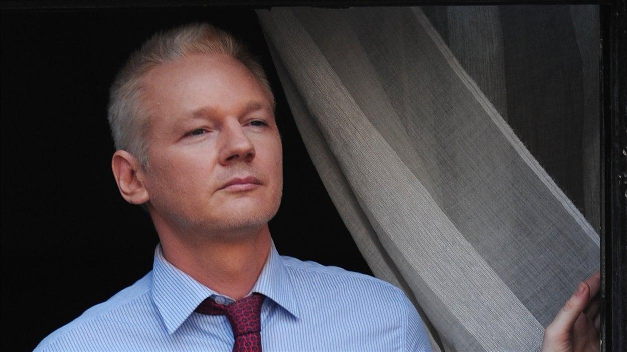 Julian Assange s'adresse aux médias du haut de son balcon de l'ambassade de l'Équateur à Londres le 19 août 2012.