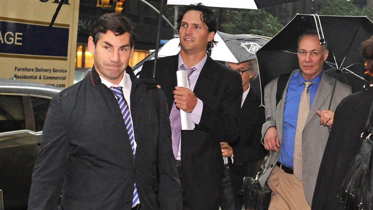 Le conseiller Matthew Schneider, l'attaquant Ron Hainsey des Jets de Winnipeg et le conseiller Steve Fehr