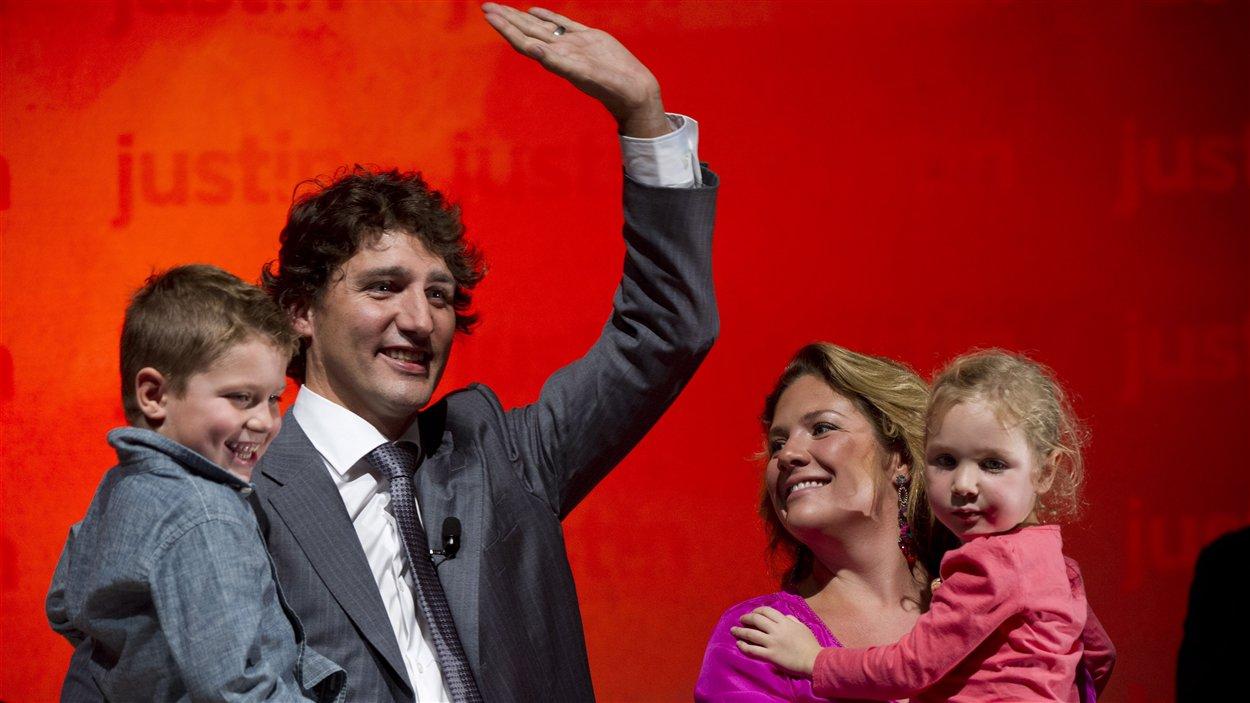 Le député libéral Justin Trudeau annonce qu'il se lance officiellement dans la course à la direction du PLC, en compagnie de sa femme et de ses enfants.
