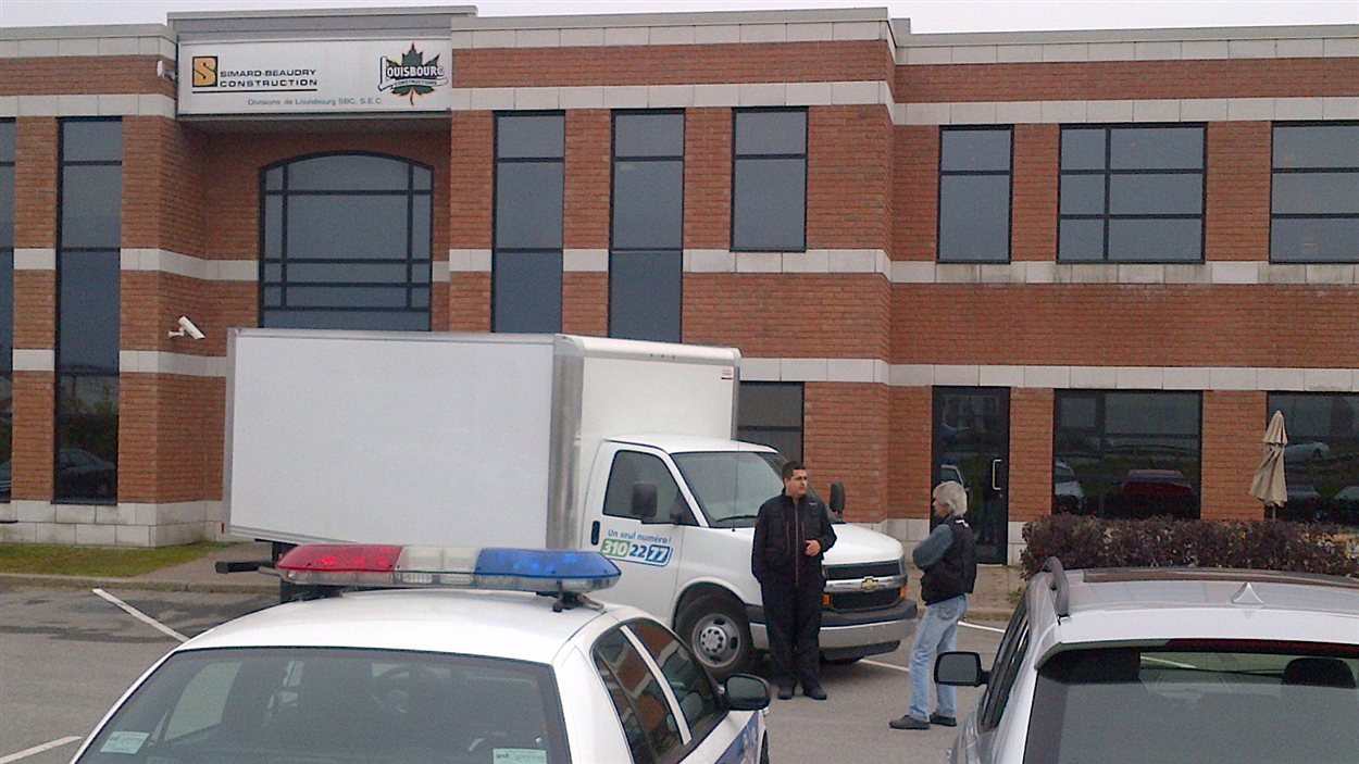 Les enquêteurs de Revenu Québec appuyés de la police de Laval ont visité mercredi matin les locaux des firmes Simard-Beaudry ey Louisbourg, à Laval.
