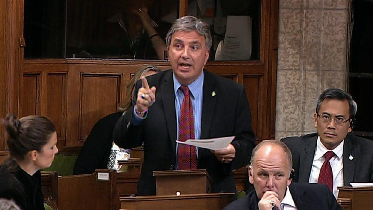 Le député libéral Frank Valeriote lors du débat d'urgence sur le rappel de boeuf à la Chambre des communes.