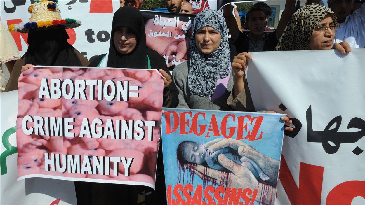 Des manifestants marocains anti-avortement, devant l'entrée du port de Smir