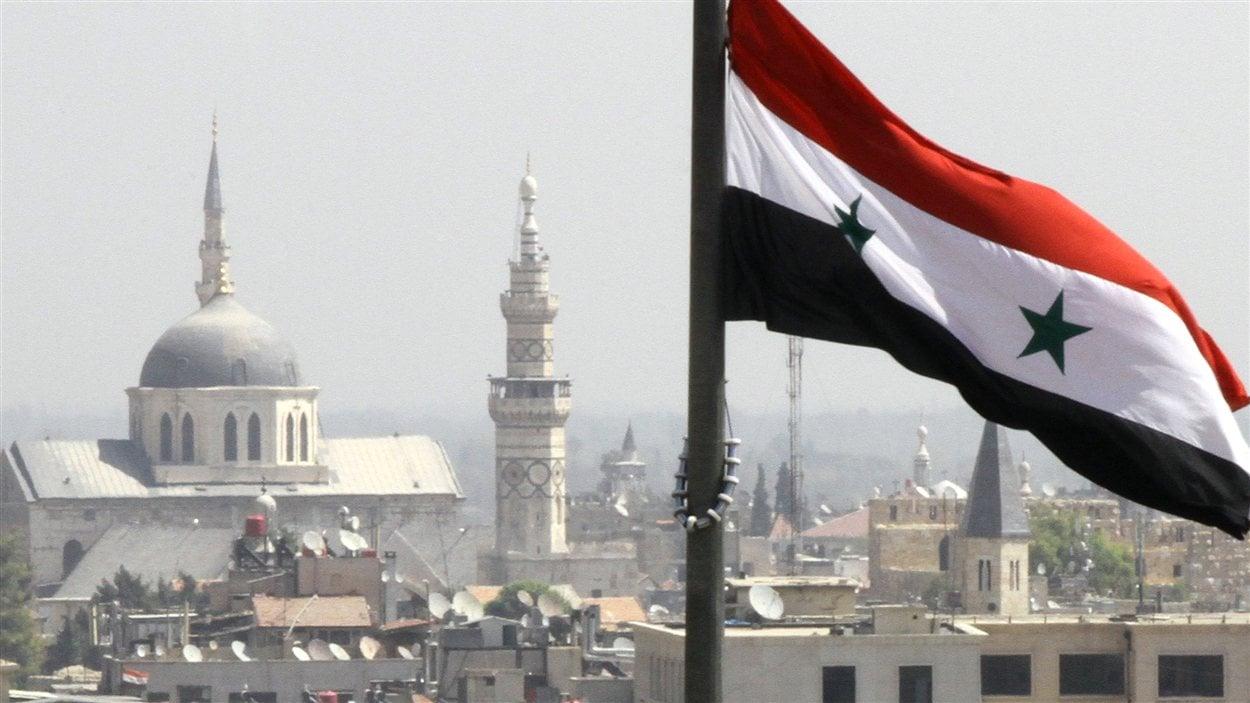 Le drapeau syrien flotte sur Damas.