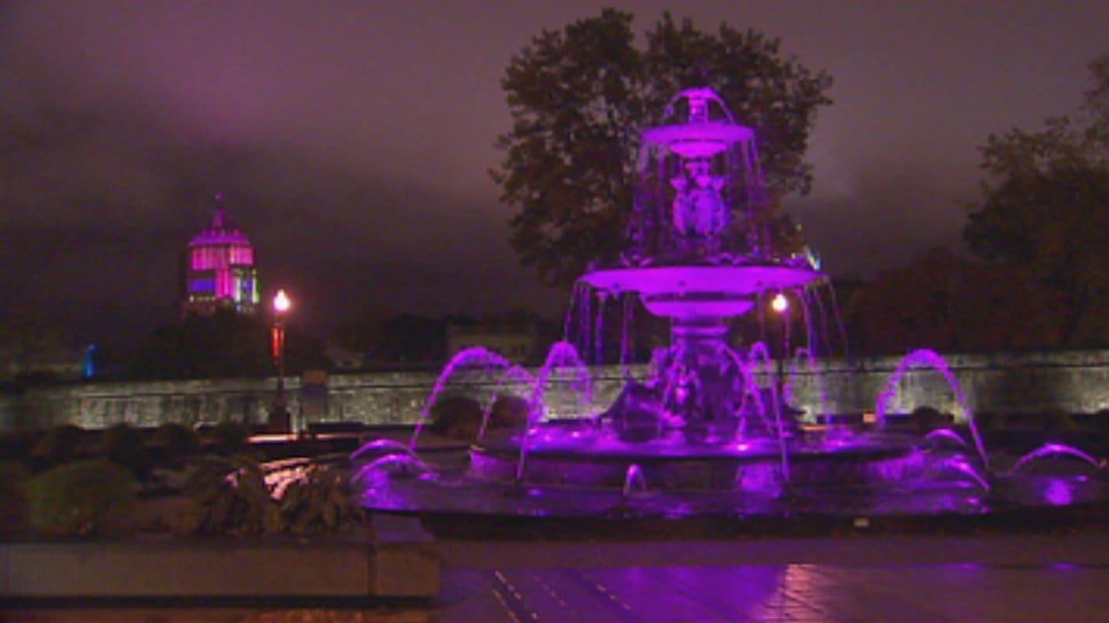 Une trentaine d'édifices sont illuminés en rose à Québec.