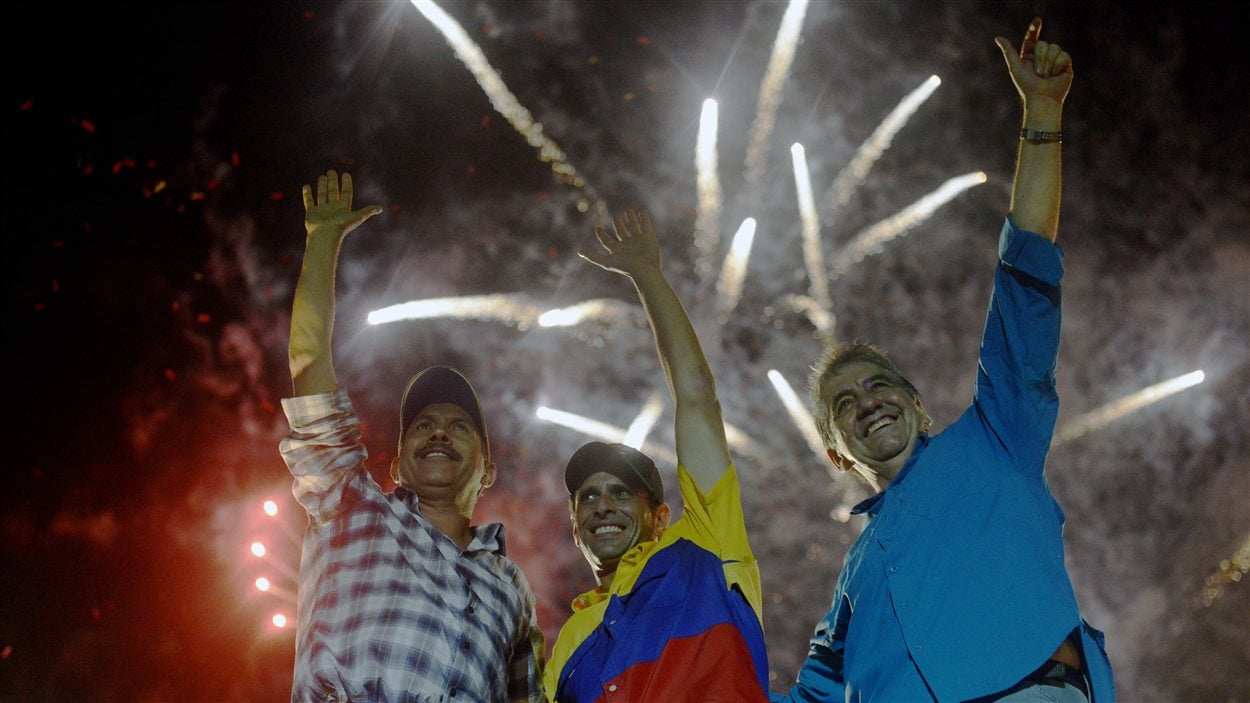 Henrique Capriles entouré par deux de ses partisans, le 4 octobre 2012, lors du dernier rassemblement de la campagne du leader de l'opposition vénézuélienne.