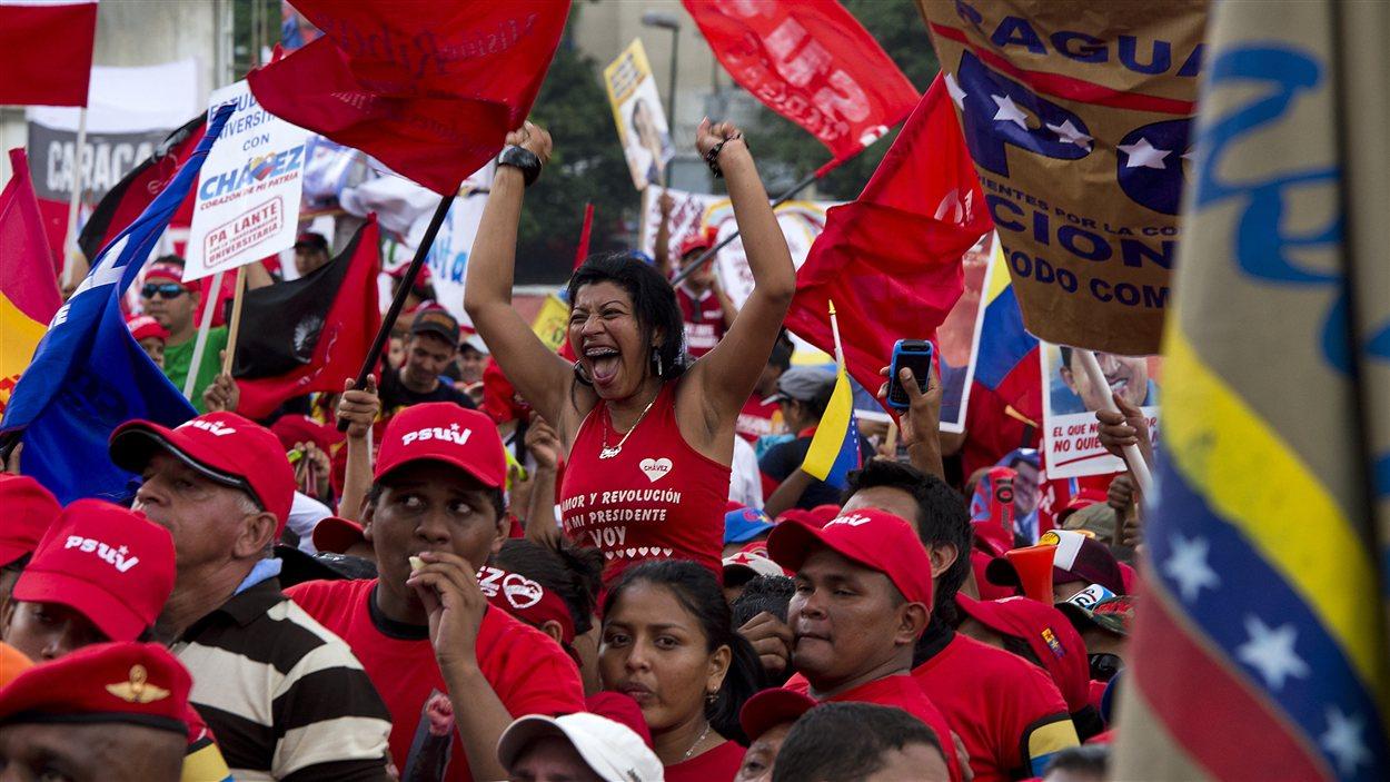 Des partisans d'Hugo Chavez, le 4 octobre 2012 à Caracas, lors du dernier rassemblement de campagne du président sortant.