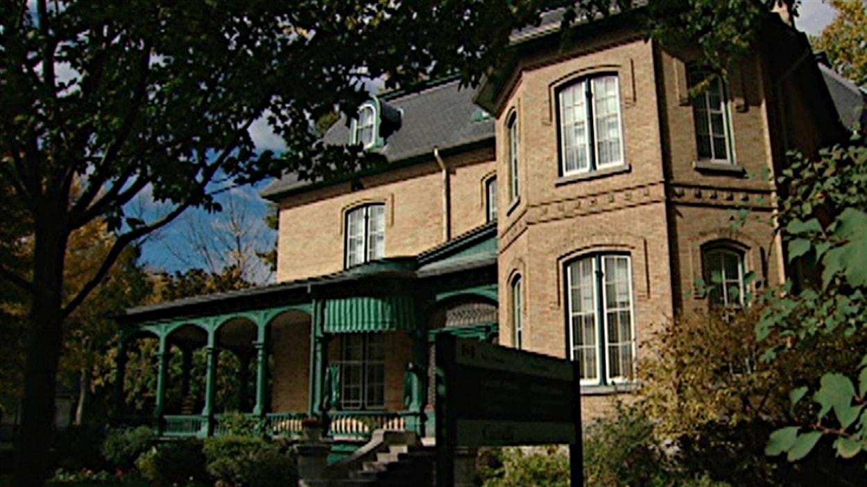 Trois guides de la Maison-Laurier ont perdu leur emploi, à la suite des compressions fédérales.