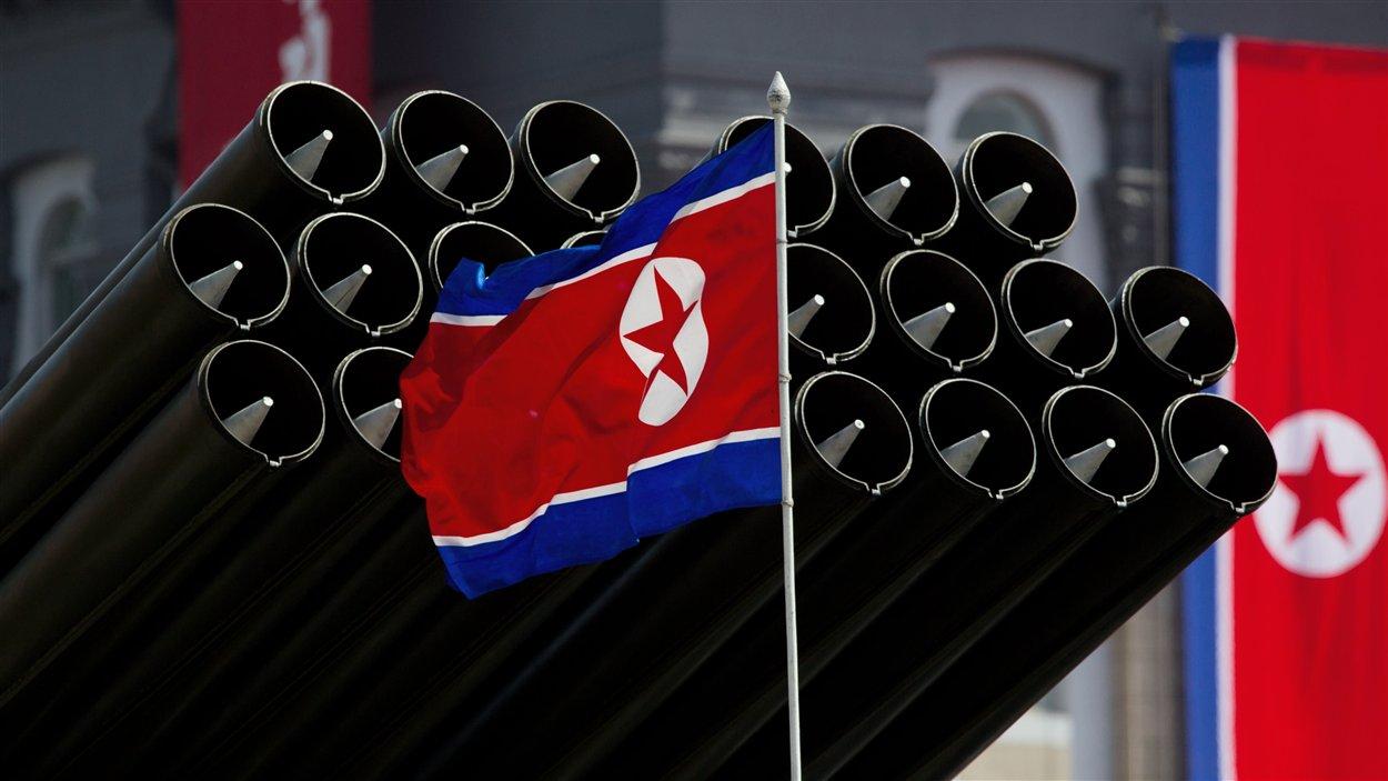 En avril 2012, un drapeau nord-coréen se dresse avant le déploiement de missiles lors d'une parade militaire.