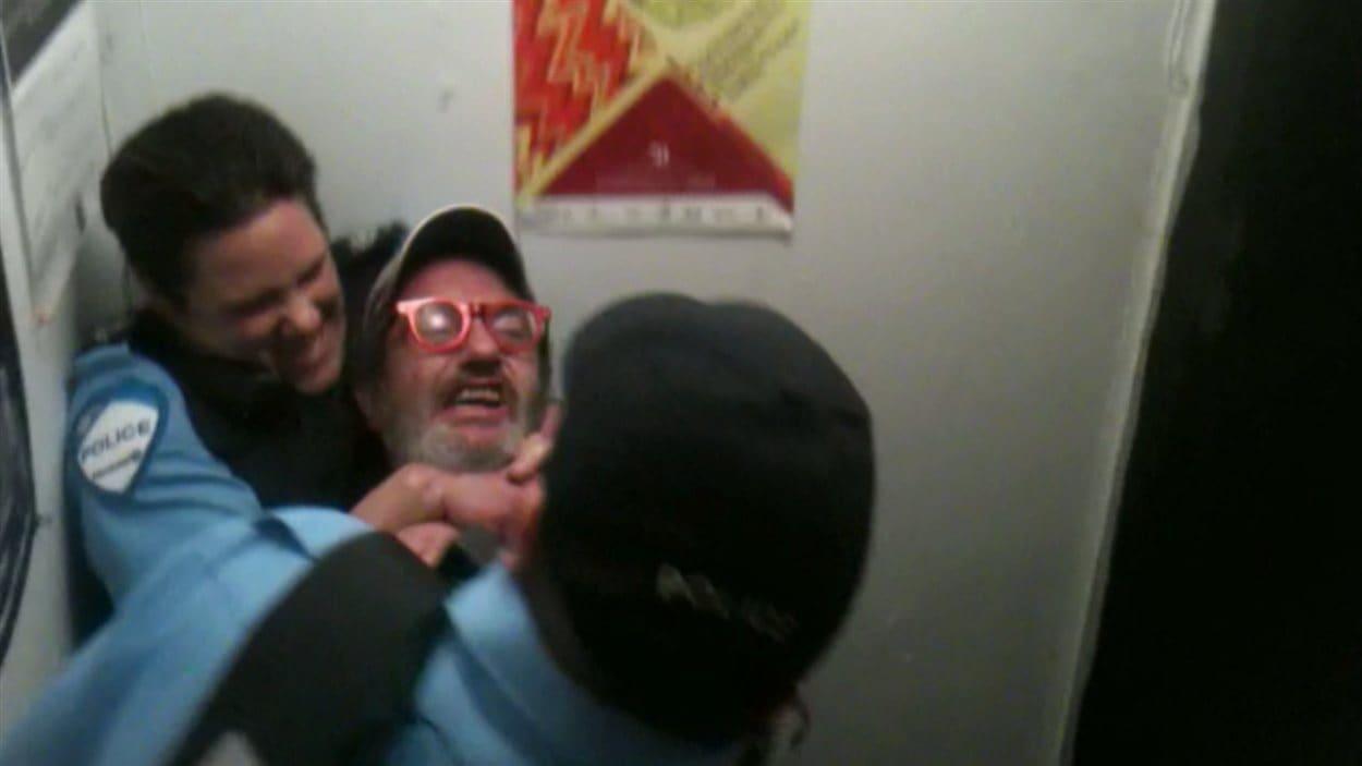 La policière Trudeau maîtrisant un suspect