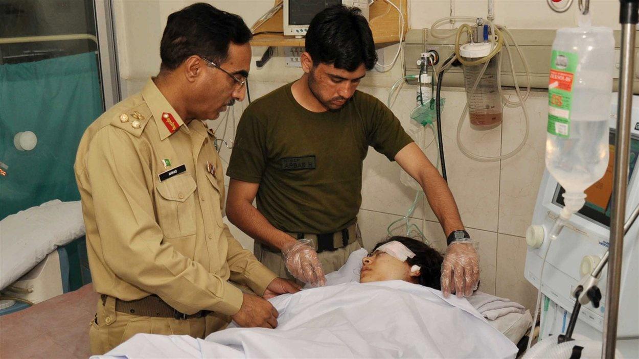Des médecins militaires au chevet de Malala Yousufzai.