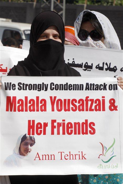 Une jeune femme voilée manifeste contre la tentative d'assassinat menée par les talibans contre Malala Yousafzai.