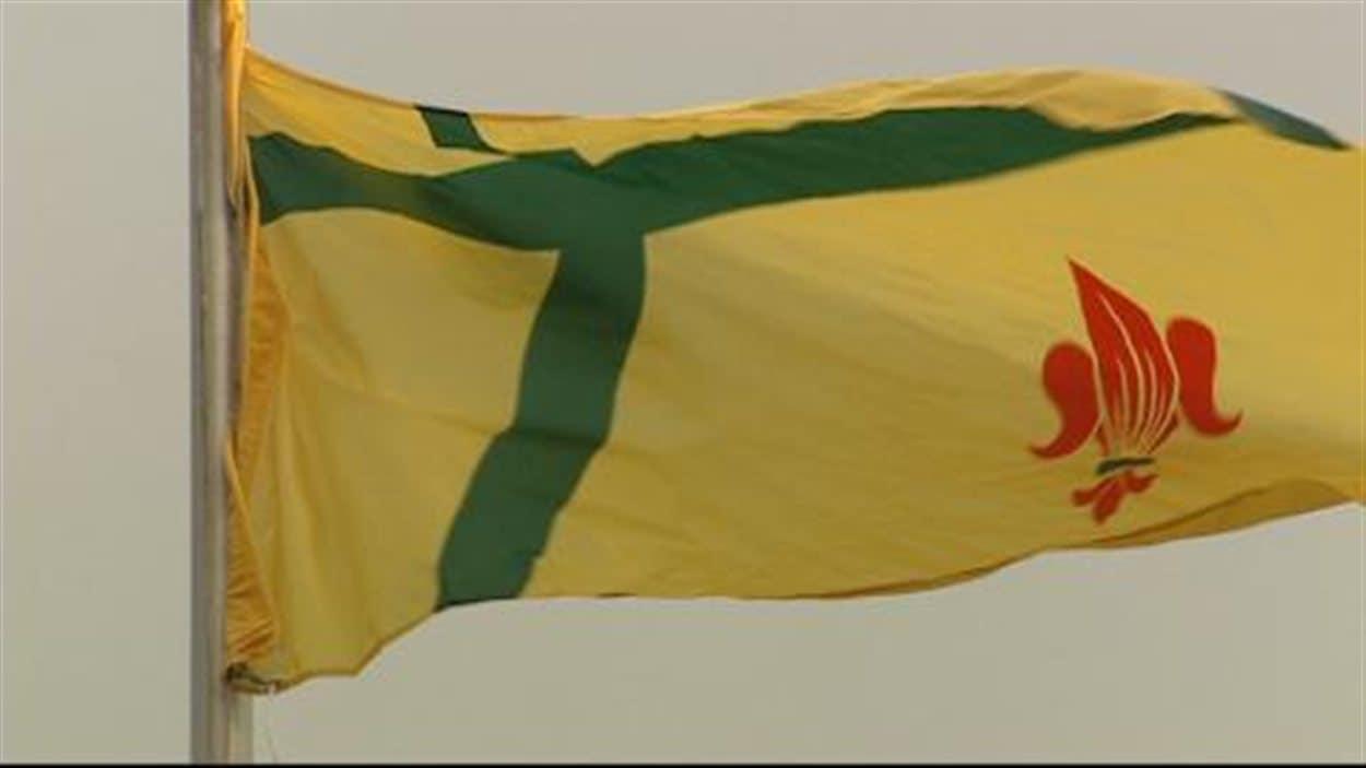 Le drapeau fransaskois flotte dorénavant dans le parc Wascana à Regina.