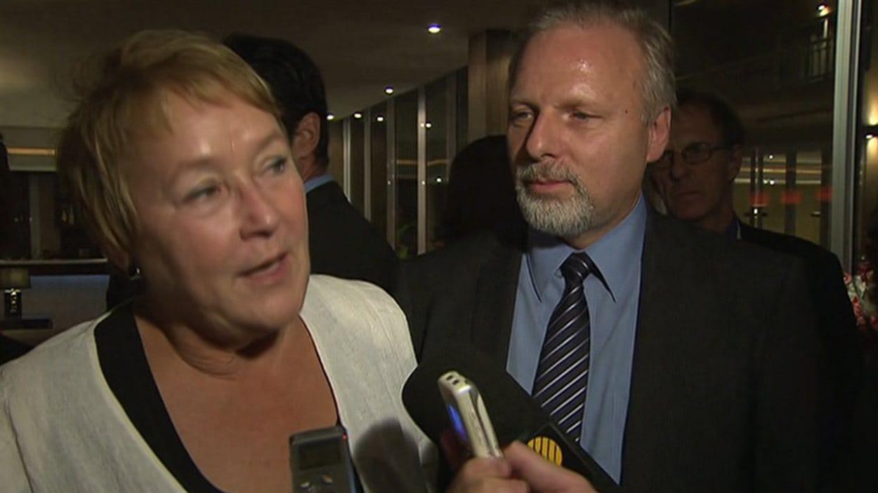 Accompagnée du ministre Jean-François Lisée, Pauline Marois s'est brièvement adressée aux journalistes.