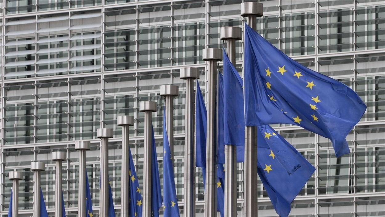 Drapeaux de l'Union européeenne devant le siège de la Commission européenne à Bruxelles