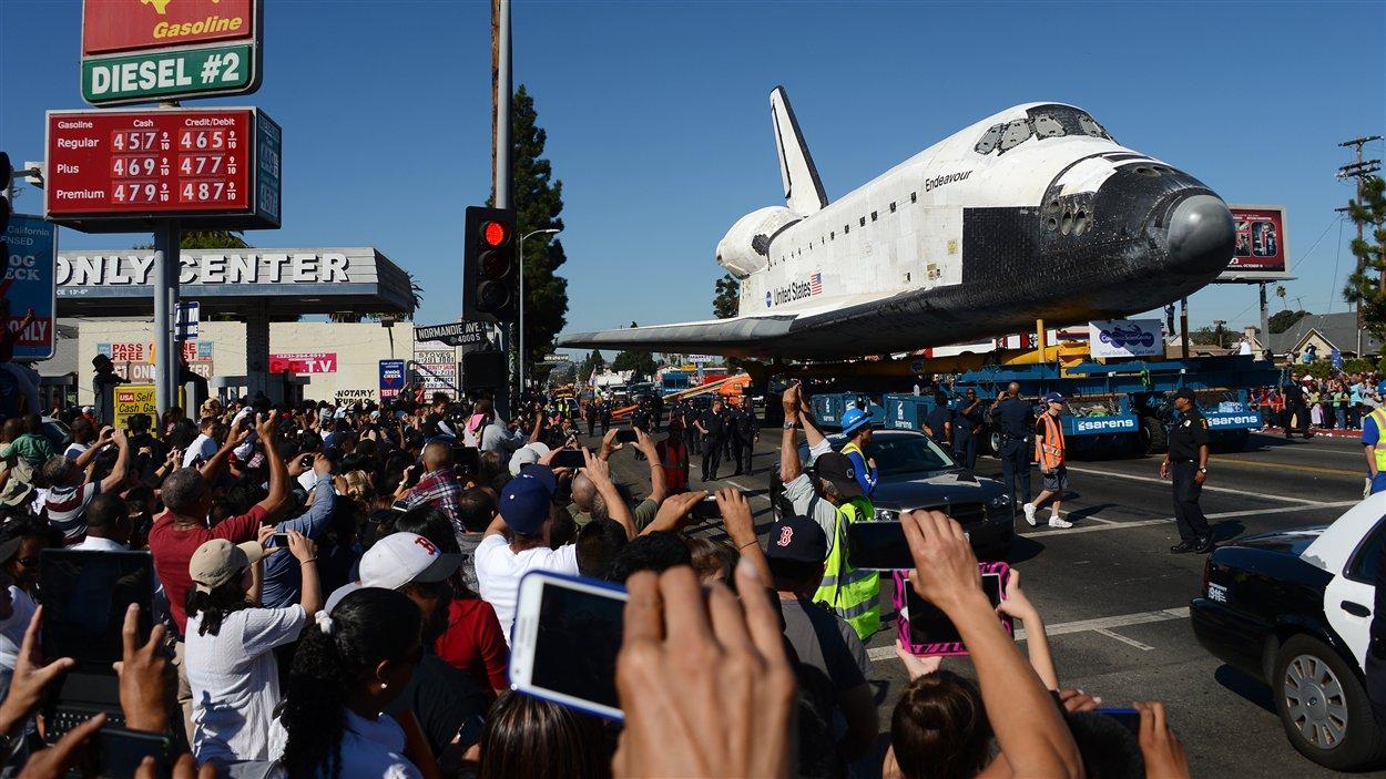 La navette Endeavour a été accueillie dans les rues de Los Angeles par de nombreux curieux et spectateurs.