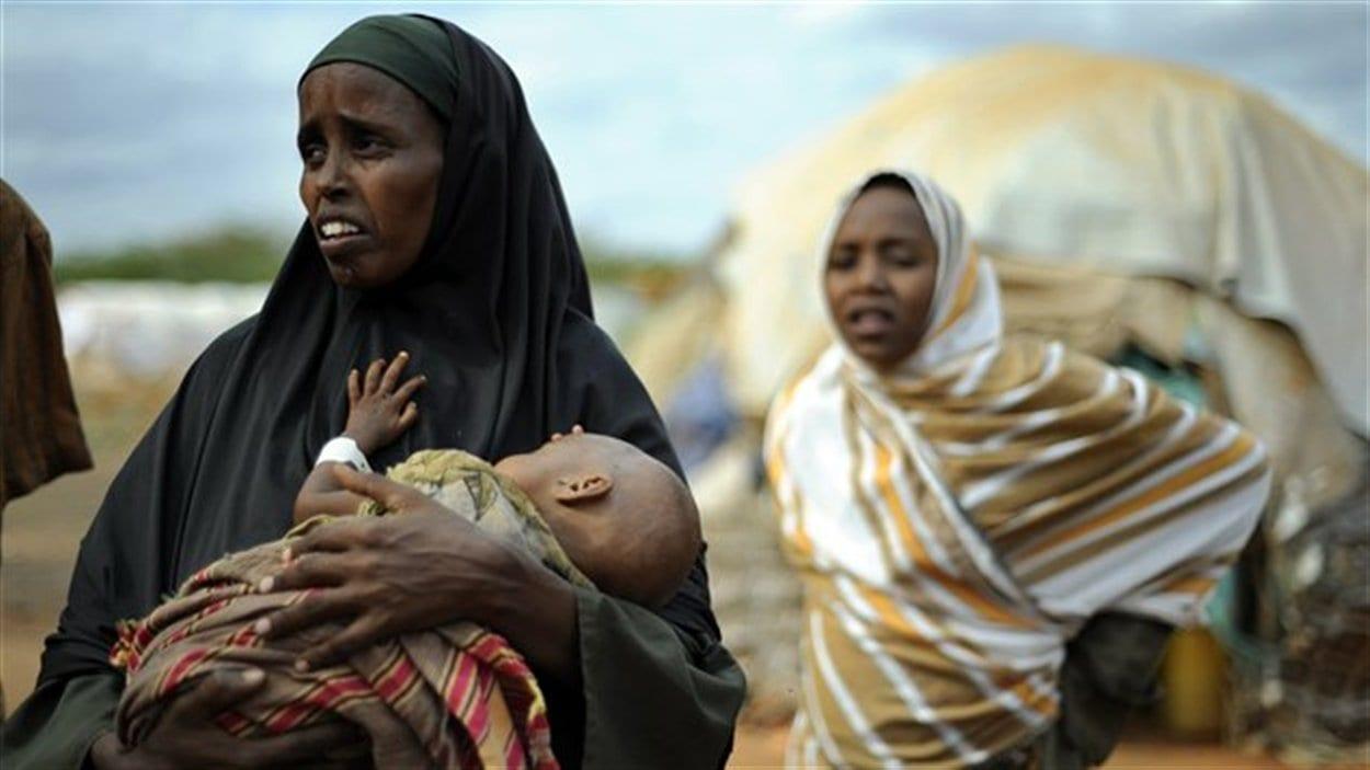 Une Somalienne transporte son enfant amaigri vers un camp de réfugiés dans l'est du Kenya, le 23 juillet 2011.