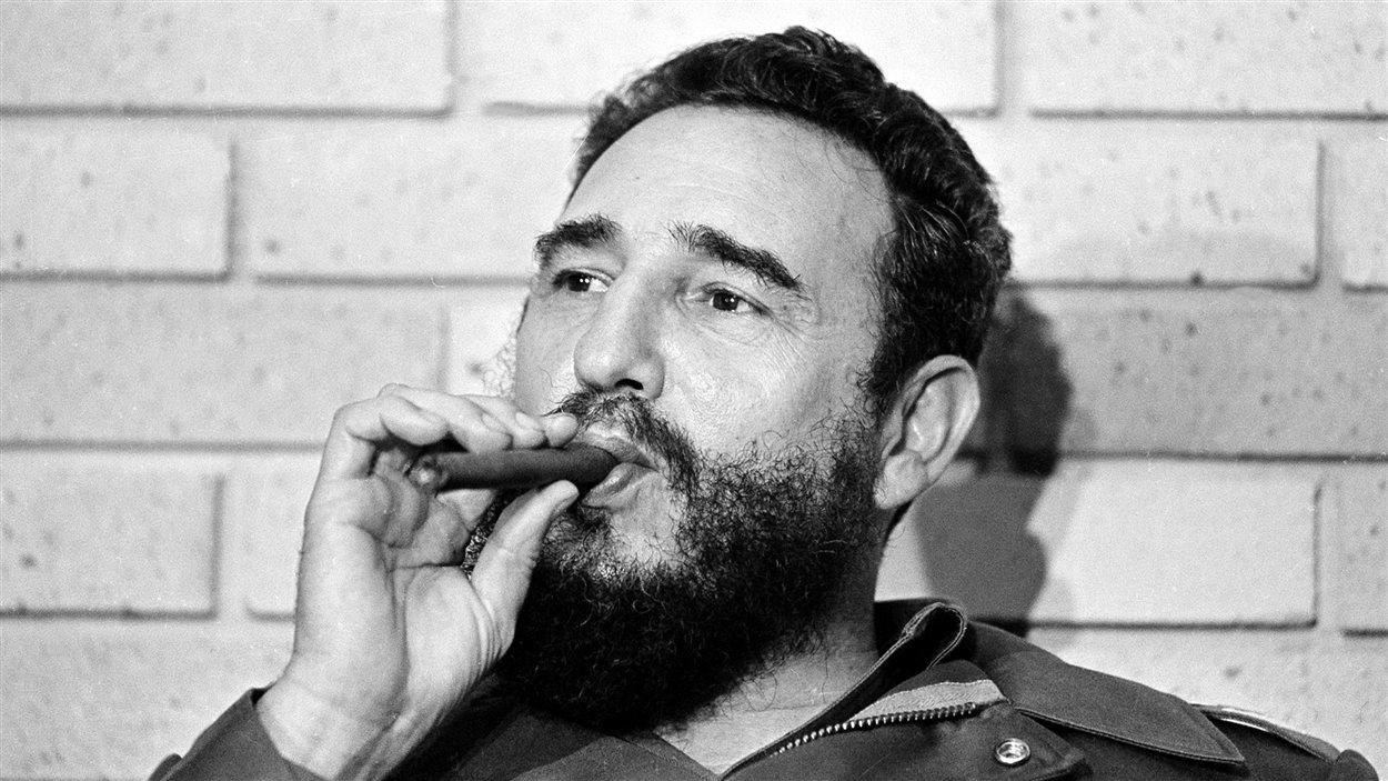 Fidel Castro en 1974, fumant le cigare