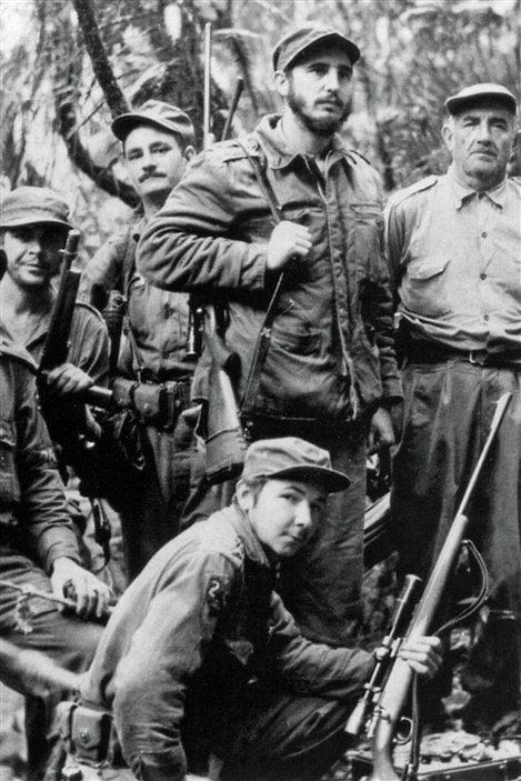 Fidel Castro (haut, centre) et Raul Castro (bas) en 1957 durant la guerre de guérilla menée contre le dictateur cubain Fulgencio Batista.