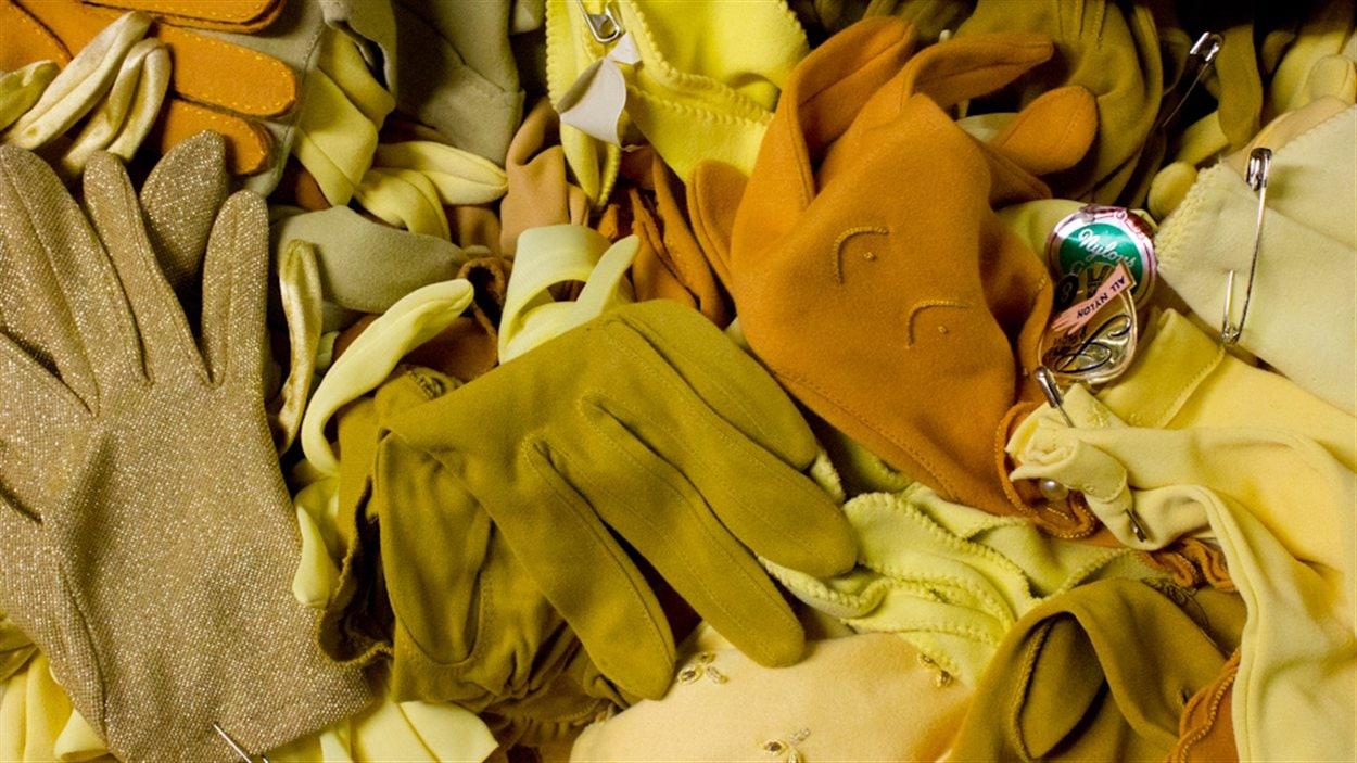 Les costumes et les accessoires sont classés par catégories et dans un système informatique. Le tiroir de cette photo ne contient que des gants jaunes.